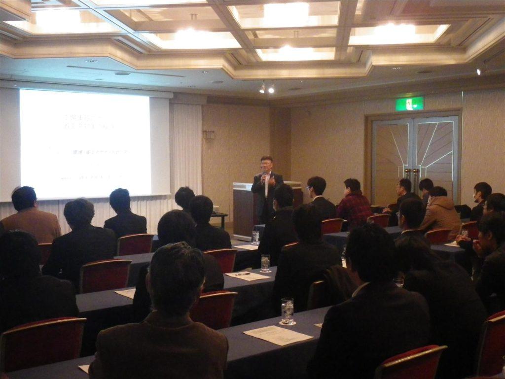 大阪ガス様のお客様(保全担当者)約40名に対し、野網理事長が講演している画像